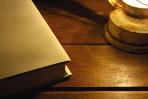 静寂な時間(夜の本とランプ)